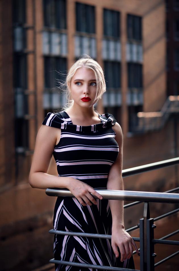 Žena a móda - pruhované šaty